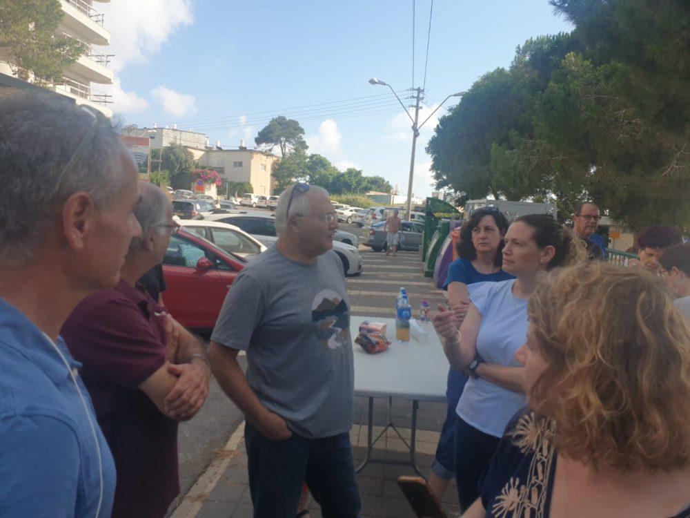 """יו""""ר סיעת הירוקים אביהו האן עם תושבים ברחוב ניצנים בחיפה (צילום: דודי מייבלום)"""