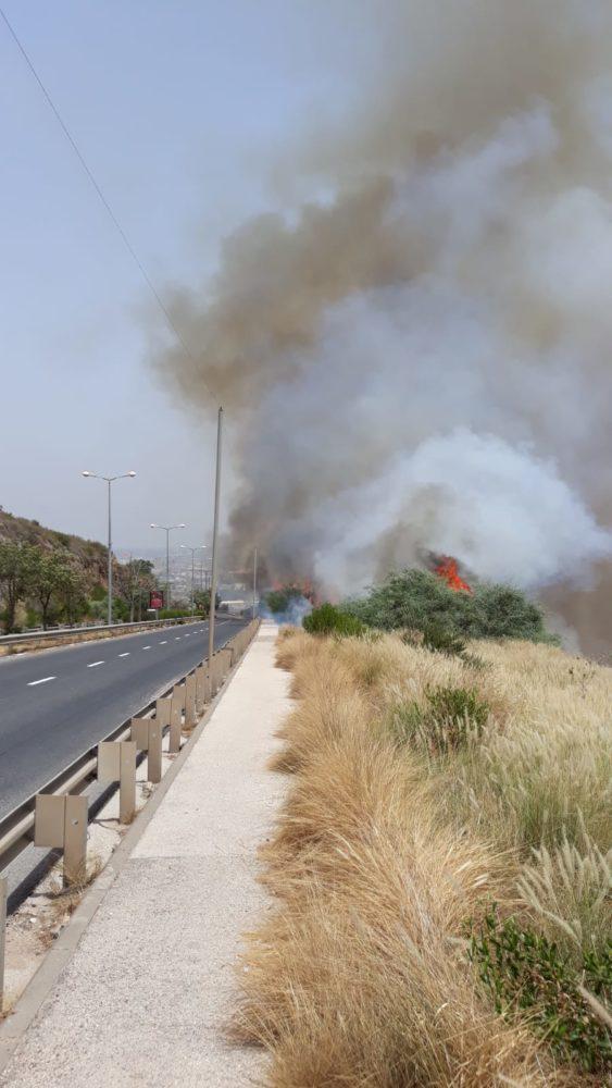 שריפה בכניסה לחיפה. בצ'ק פוסט באיזור נשר (צילום: איחוד הצלה)