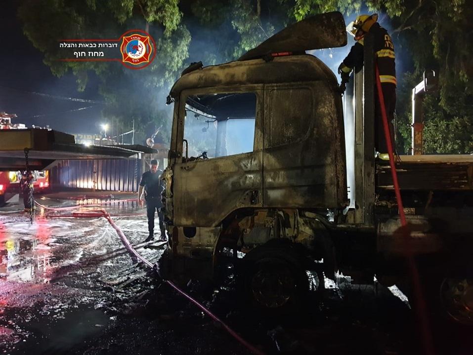 משאיות של טופולסקי בוערות לייד המחסן בקיבוץ יגור (צילום: לוחמי האש)
