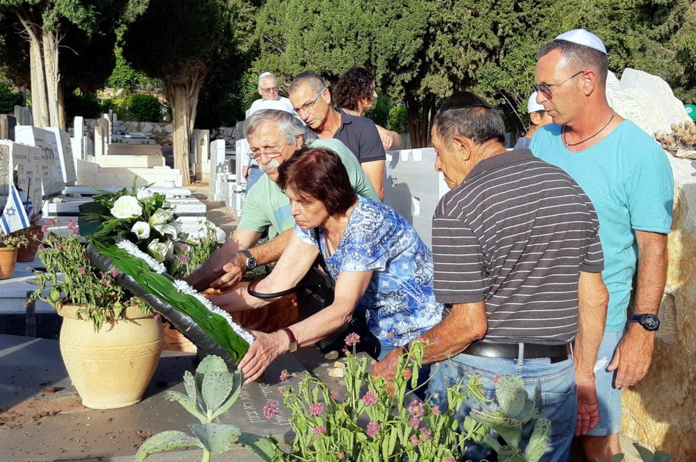 """הוריו של השוער אבי רן ז""""ל, ליד מצבתו בבית העלמין בחיפה (צילום: אדיר יזירף)"""