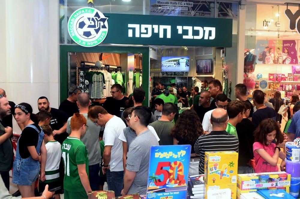השקת החולצה של מועדון מכבי חיפה בחנות בגרנד קניון (צילום: יוסף הירש)