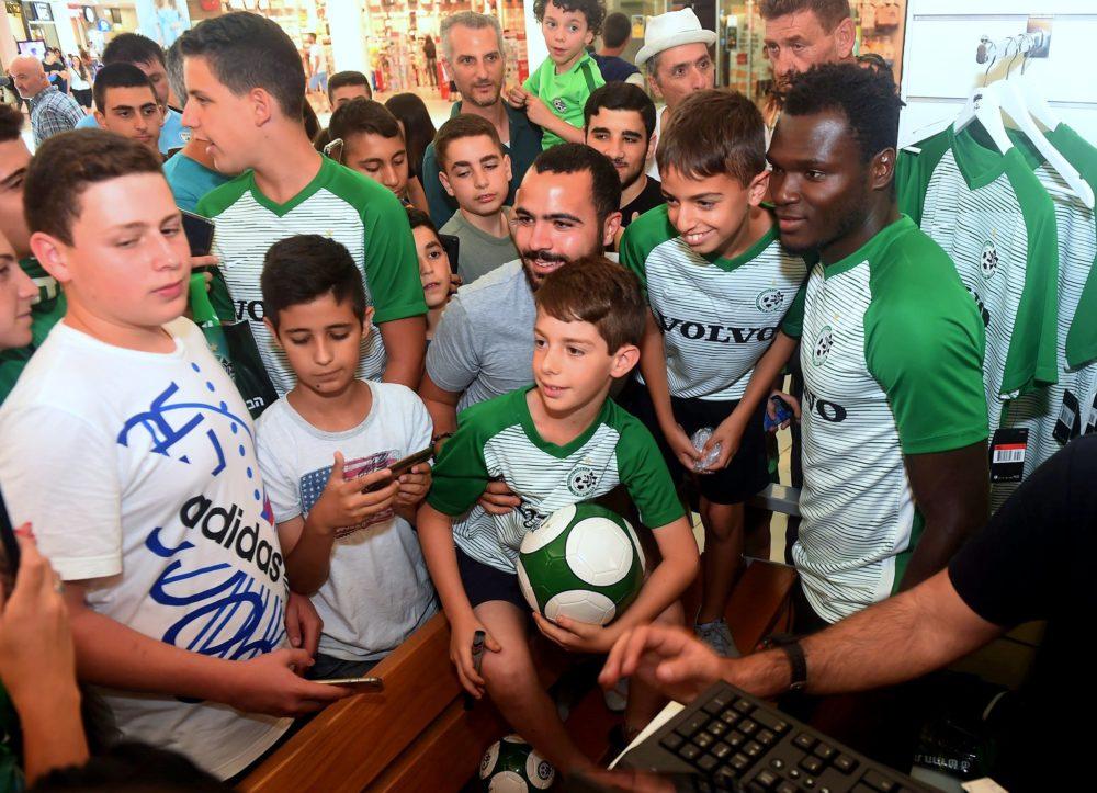 מועדון הכדורגל מכבי חיפה משיק את מדי הבית החדשים (צילום: יוסף הירש)