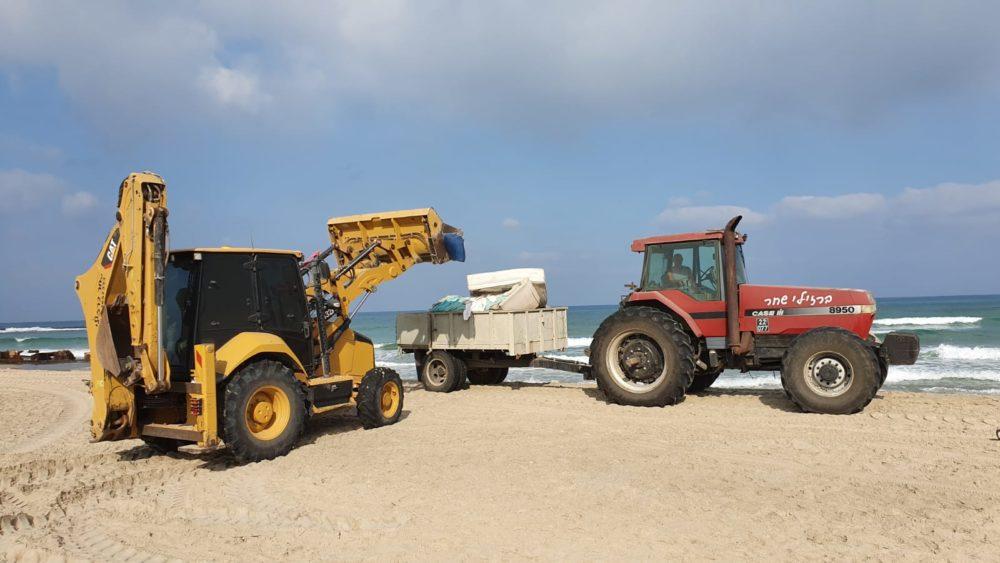 פינוי פסולת בחופי הכרמל (צילום דוברות חוף כרמל)
