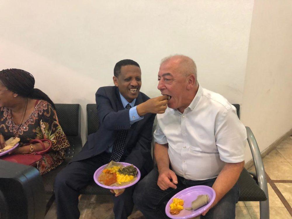 שגריר אתיופיה בישראל ליוצאי אתיופיה בקריות (צילום: דוברות קרית ים)