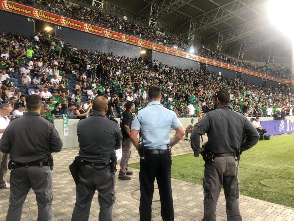 שוטרים באצטדיון הכדוגל על שם סמי עופר בחיפה בעת פיצעת הנער מזיקוק (צילום: משטרת ישראל)