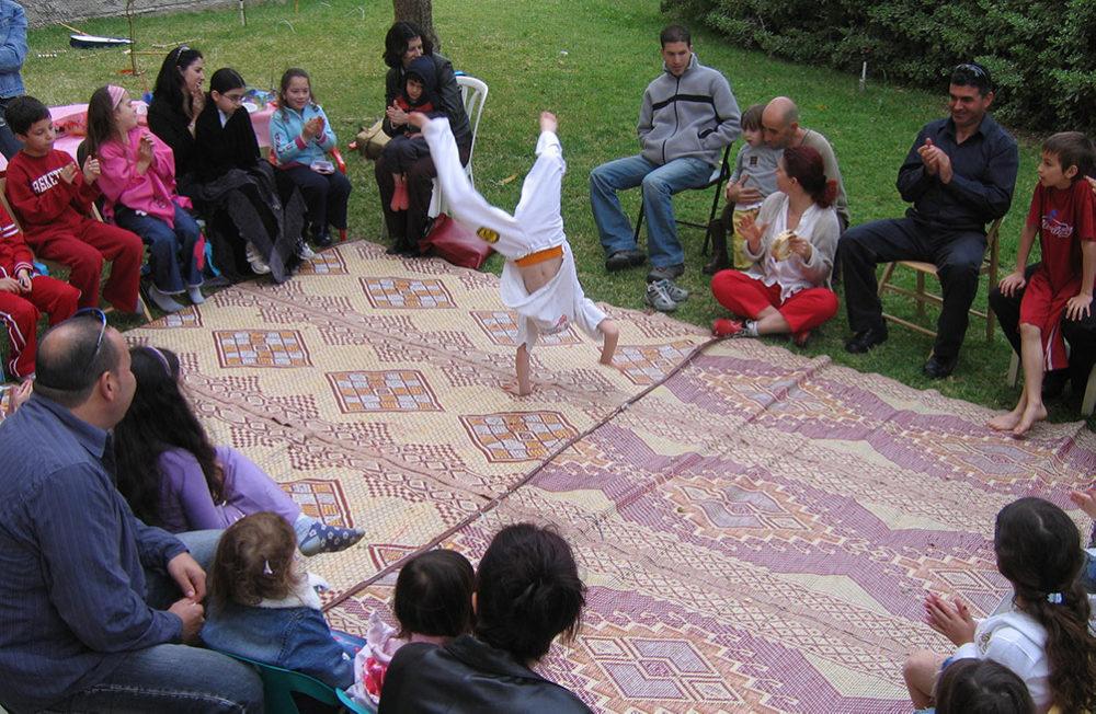 הילדים במרכז: ילד מפגין כישורי קפוארה במרכז אירוע בחיפה (צילום: ירון כרמי)