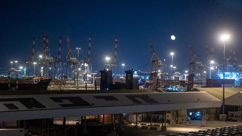 נמל חיפה ומעליו ירח (צילום: ירון כרמי)