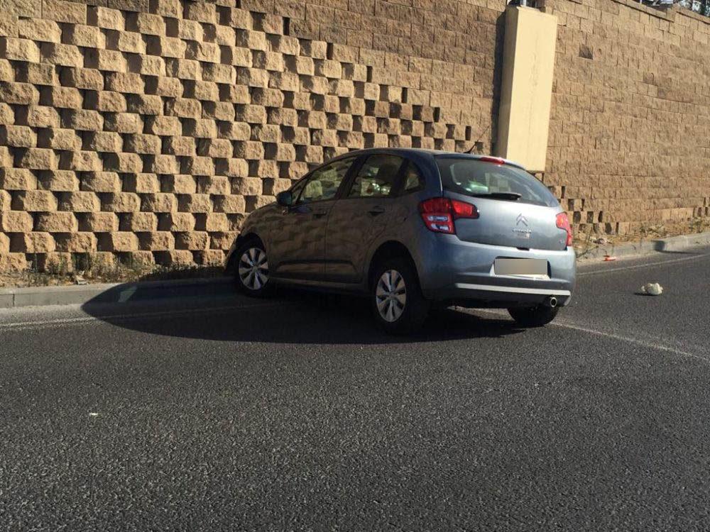תאונת דרכים בחיפה - נהגת מבוגרת פגעה במעקה הבטיחות ולאחר מכן התנגשה בקיר הבטון (צילום: אדית זגה)