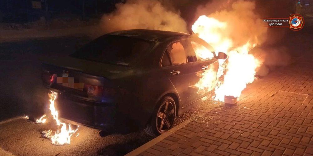 שני רכבים עלו באש בנשר. נבדק חשד להצתה (צילום: לוחמי האש)