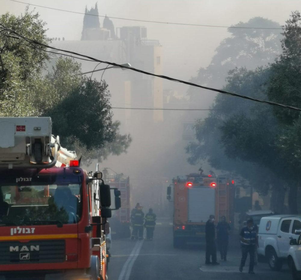 שרפה במדעטק - רחוב בלפור אפוף עשן (צילום: עמנואל אירמן)