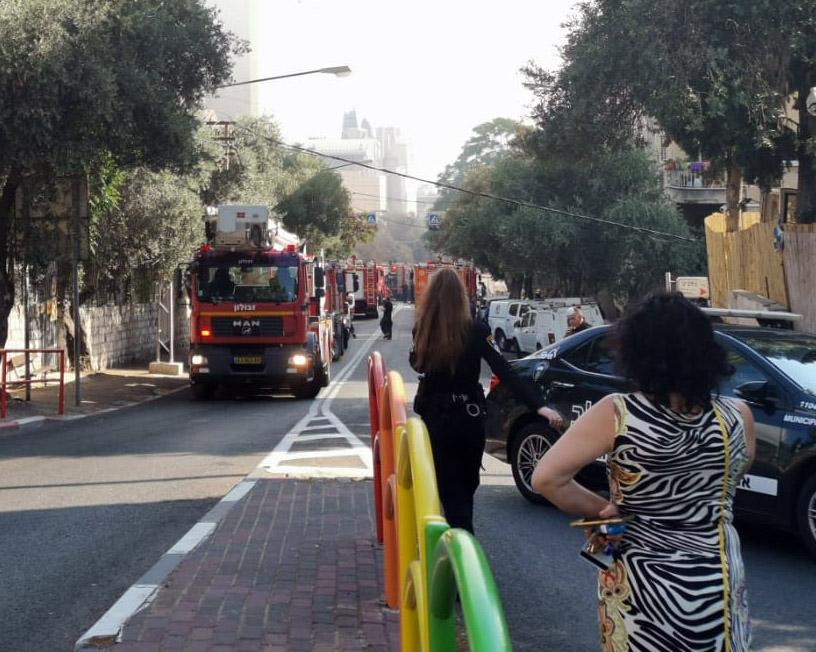 שרפה במדעטק - חיפאים מודאגים צופים באירוע ברחוב בלפור (צילום: עמנואל אירמן)