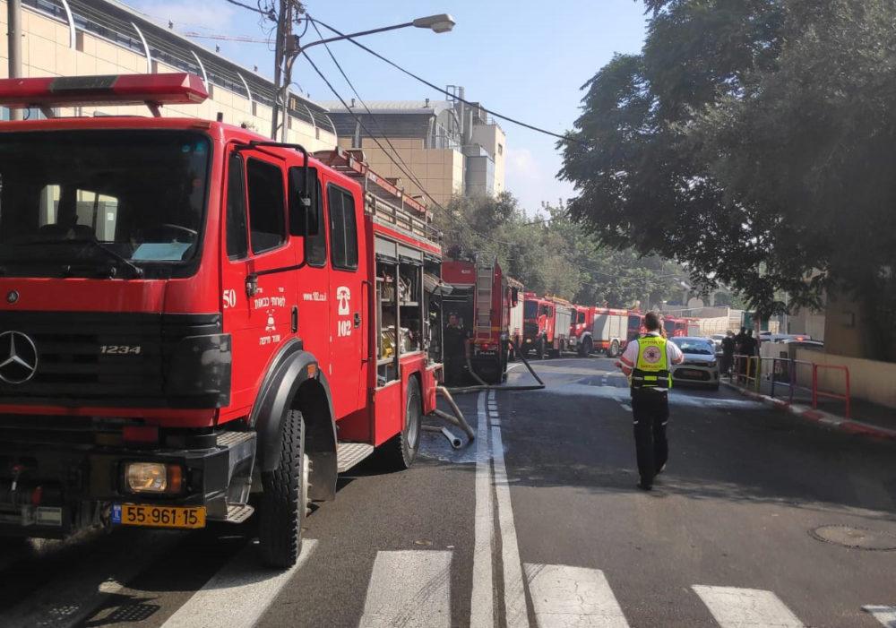 כבאיות רבות שהגיעו מתחנת חיפה ומתחנות שכנות לסיוע במאמצי הכיבוי - שרפה במדעטק חיפה (צילום: לוחמי האש חיפה)