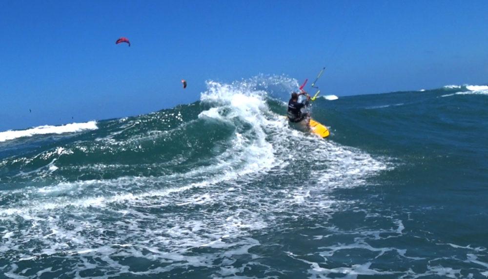 קייטסרפינג: אמיר אבינועם בסערת קיץ בבת גלים עם גלים בגובה 2 מטרים (צילום: ירון כרמי)