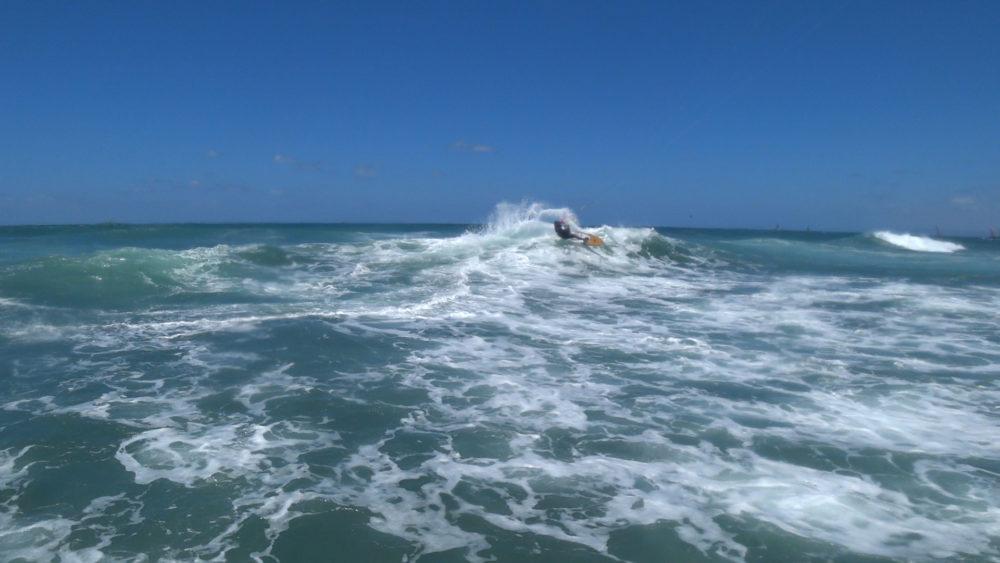 קייטסרפינג: ניר אטרצי בסערת קיץ בבת גלים עם גלים בגובה 2 מטרים (צילום: ירון כרמי)
