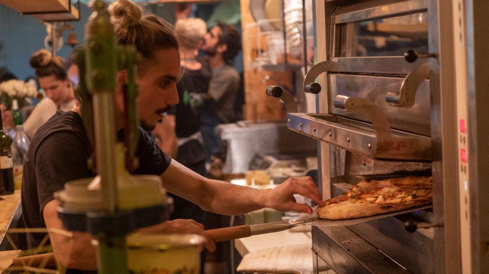 הכנת פיצה - בסטה ביט בימי שלישי בחיפה • הטברנה בשוק תלפיות (צילום: ירון כרמי)