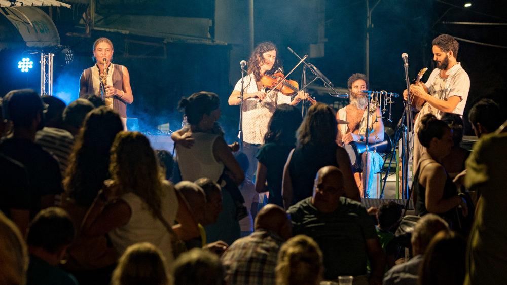 קהל גדול סועד ומאזין לקונצרט של מוזיקה חיה - בסטה ביט בימי שלישי בחיפה • הטברנה בשוק תלפיות (צילום: ירון כרמי)