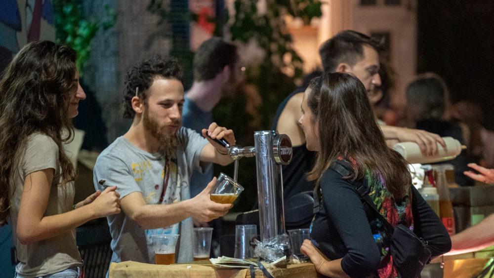 שי רילוב מוזג כוס בירה - בסטה ביט בימי שלישי בחיפה • הטברנה בשוק תלפיות (צילום: ירון כרמי)