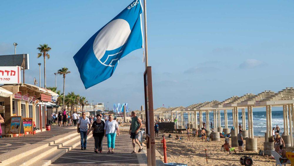 הדגל הכחול מונף בחוף דדו בחיפה (צילום: ירון כרמי)