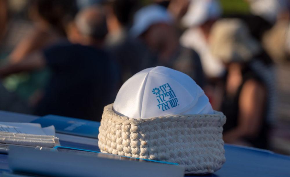 כיפה - בית תפילה ישראלי -קבלת שבת ציבורית מול השקיעה בחוף דדו בחיפה (צילום: ירון כרמי)