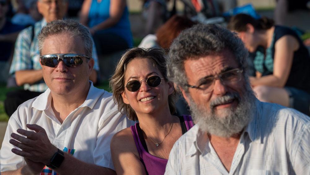 הרב דובי חיון, נגה כרמי, ארז ישכרוב - קבלת שבת ציבורית מול השקיעה בחוף דדו בחיפה (צילום: ירון כרמי)
