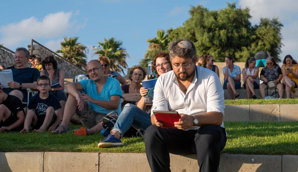 קבלת שבת ציבורית מול השקיעה בחוף דדו בחיפה (צילום: ירון כרמי)