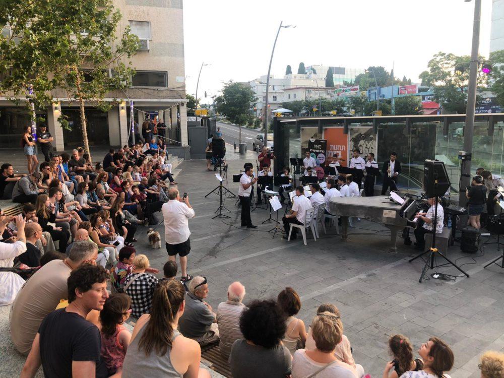 תזמורת הביט מעירה את רחבת הפסנתר (צילום: יובי קאופמן)