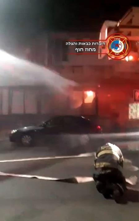 שריפה בבית קפה ברחוב אוסישקין בקרית מוצקין (צילום: כבאות והצלה - מחוז חוף)