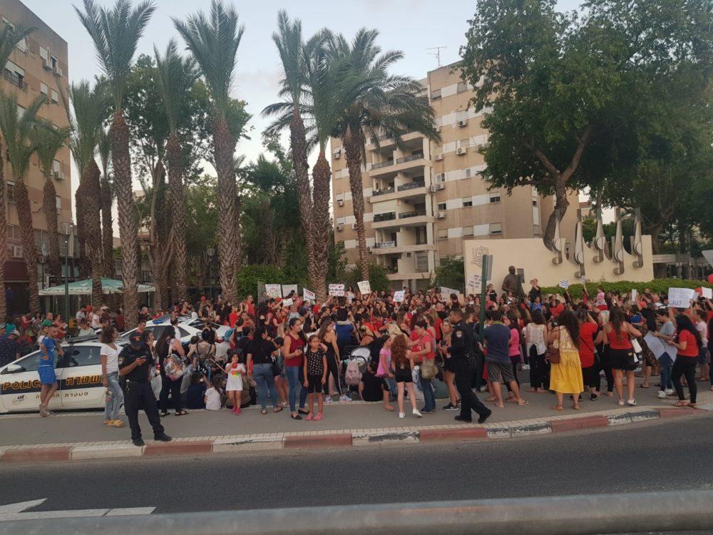 מחאת ההורים בצומת צבר בקריות נגד התעללות בילדים (צילום: רחל אכדרי)