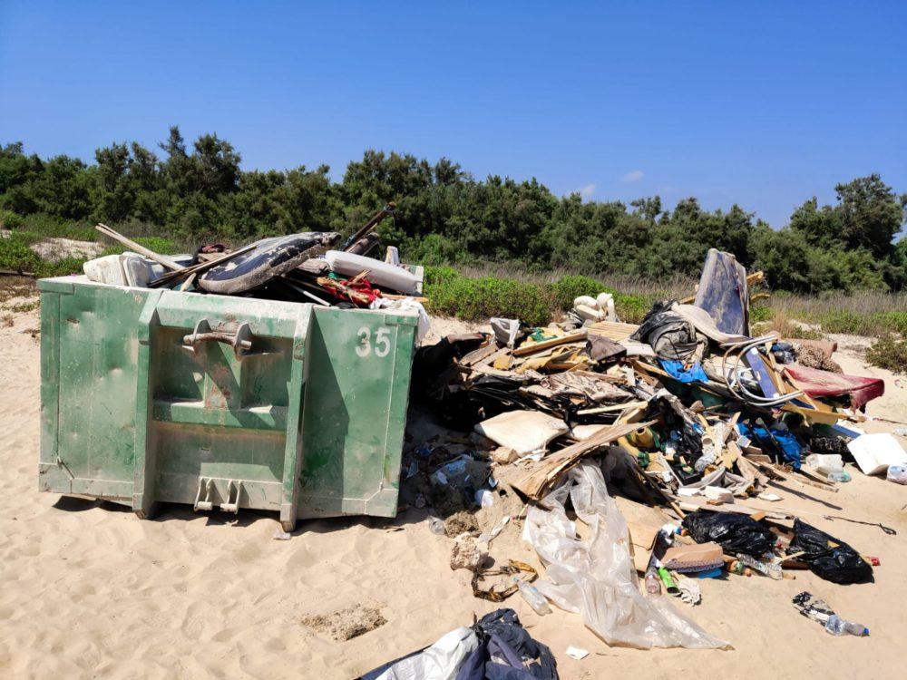 """ערימות פסולת בחוף הים ממאהלים לא חוקיים (צילום: רמ""""י - רשות מקרקעי ישראל)"""