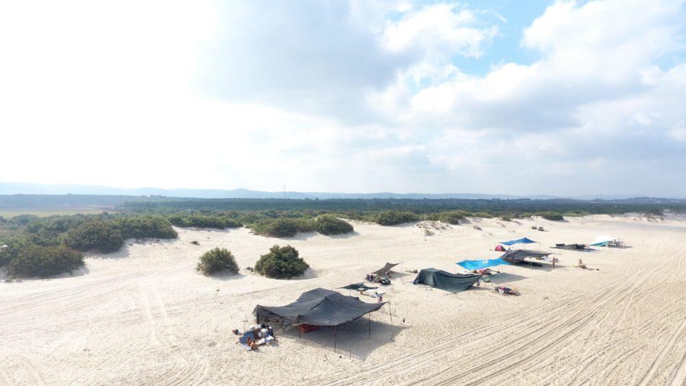 מאהלים לא חוקיים בחוף הים (צילום רחפן: דוברות מועצת חוף הכרמל)