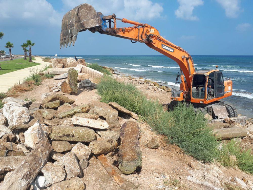 פינוי פסולת בניין מחופי ראש הכרמל (צילום: גארי שיינמן)