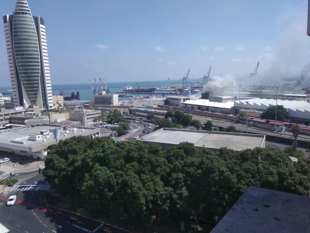 מלגזה עולה באש בנמל חיפה (צילום: שי אורן)