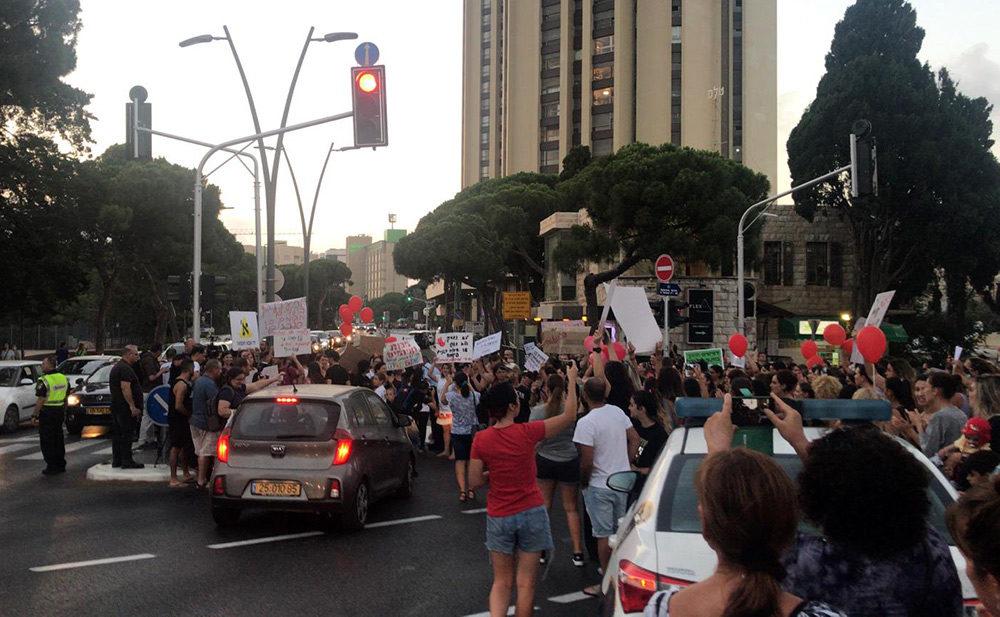 חסימת הכביש במרכז הכרמל - מחאת ההורים בחיפה נגד התעללות בילדים (צילום: מיכל ירון)