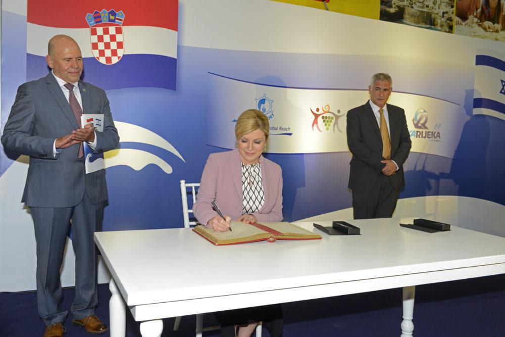נשיאת קרואטיה קולינדה גרבר-קיטרוביץ'  עם אשל ארמוני ומנדי זלצמן במעמד חתימה על ברית נמלים תאומים בין נמל חיפה לנמל רייקה בקרואטיה (צילום: ורהפטיג ונציאן)