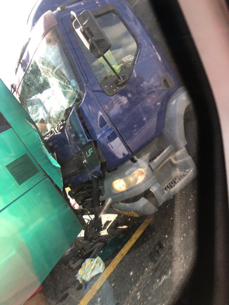 תאונה משאית עם אוטובוס צילום עופר גינו