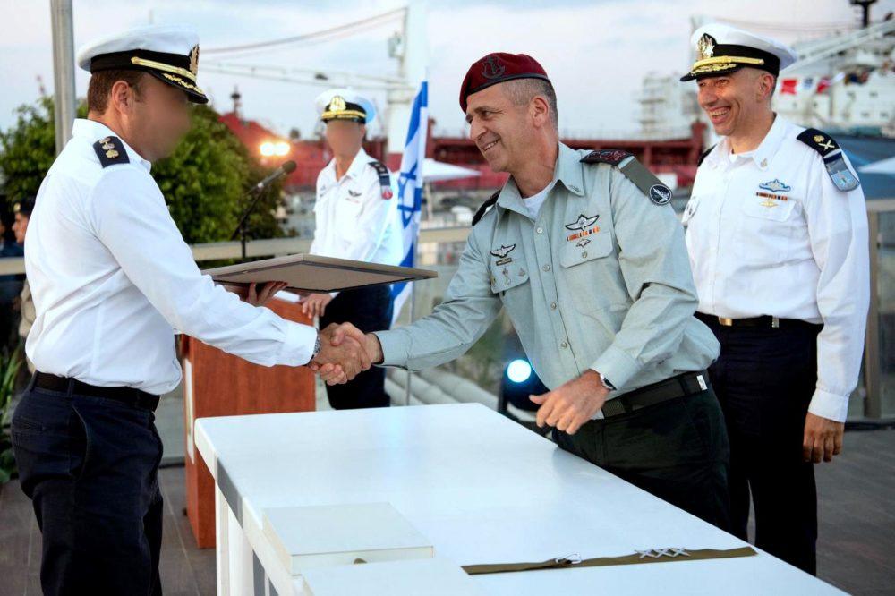 """הענקת אות הערכה למפקד שייטת ספינות הטילים, אלוף-משנה גיא גולדפרב (צילום דובר צה""""ל)"""