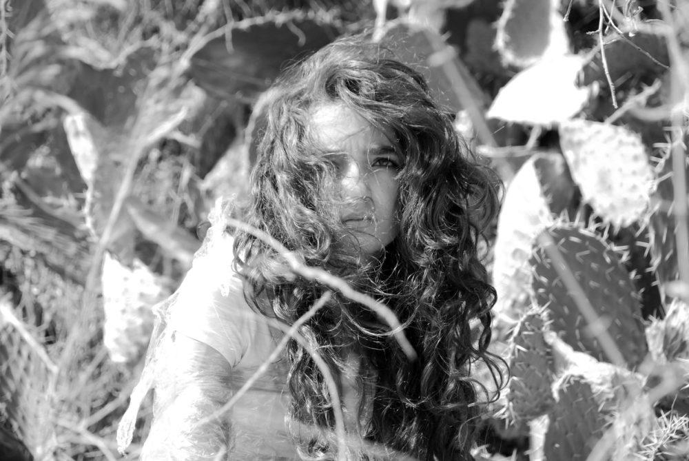 הדרכת האוצרת סבטלנה ריינגולד במקבץ התערוכות זפת וחלב במוזיאון הרמן שטרוק חיפה (קרדיט: אמירה זיאן)