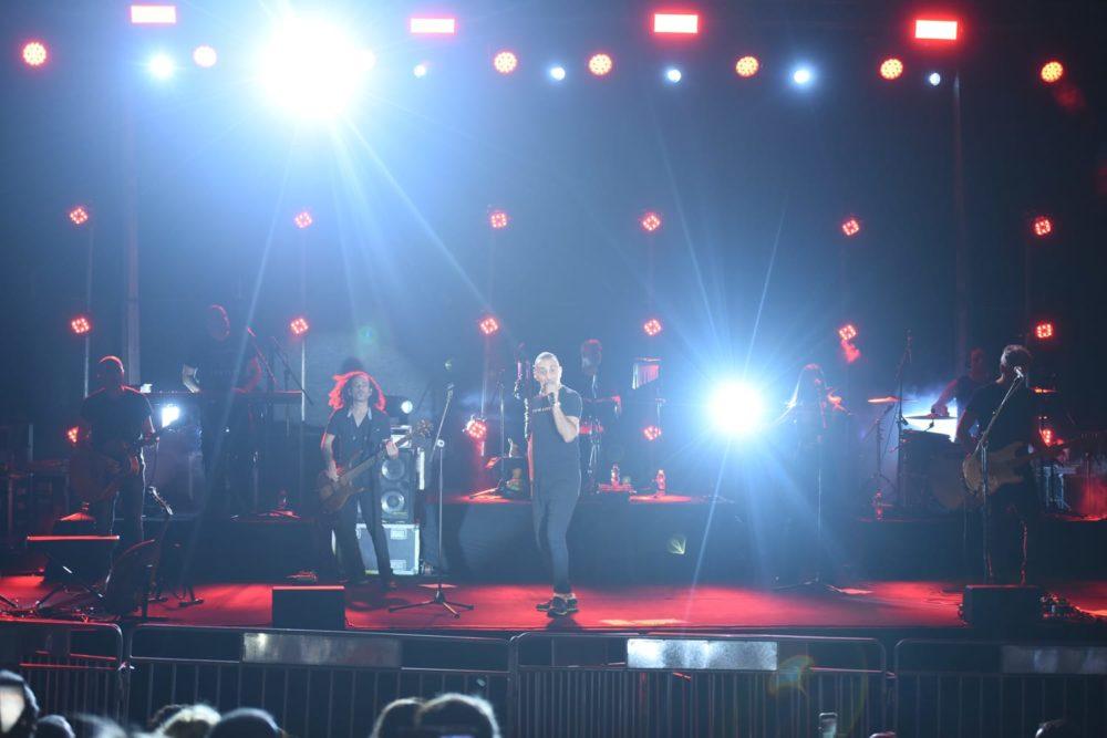 שמעון בוסקילה בהופעה. סיום מופע קיץ בספורטן חיפה (צילום: רון פרידמן)