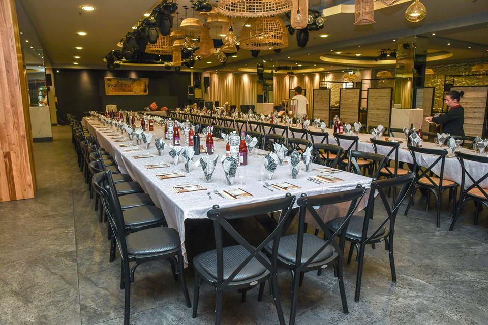 """כמיטב המסורת, ארוחת חג עם בית חב""""ד בחיפה (צילום: הרב יהודה גינזבורג)"""