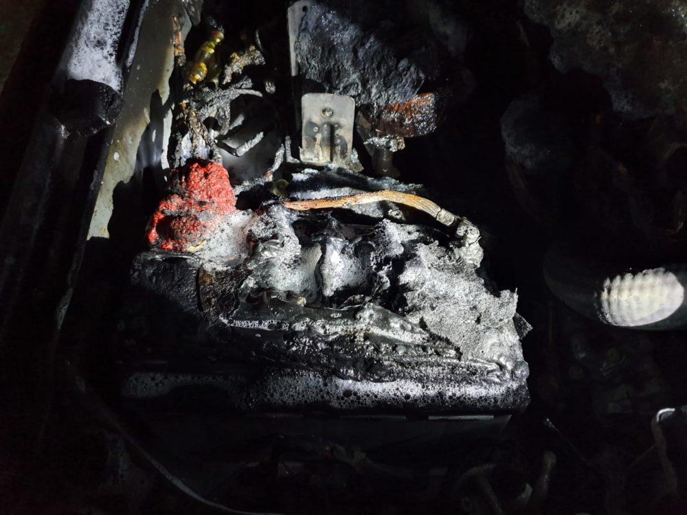 מנוע שנשרף בעקבות סוללה שנדלקה (צילום: כבאות והצלה)