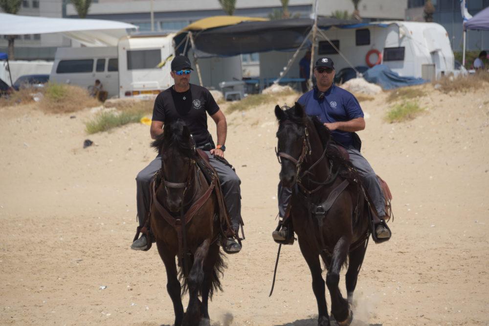 פרשים עם סוסים בחוף הים בחיפה(קרדיט דוברות המשטרה)