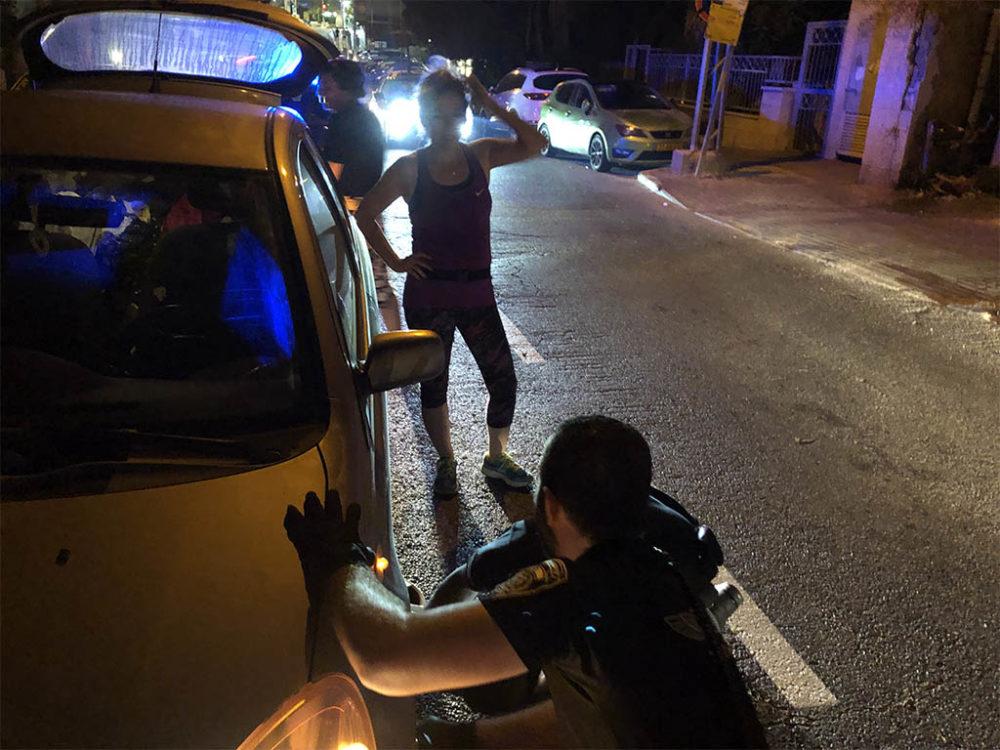 השיטור העירוני בחיפה - אחמד יריב ורוני מריח חילצו נהגת עם תקר בגלגל בשדרות וודג'ווד בחיפה (צילום: ירון כרמי)