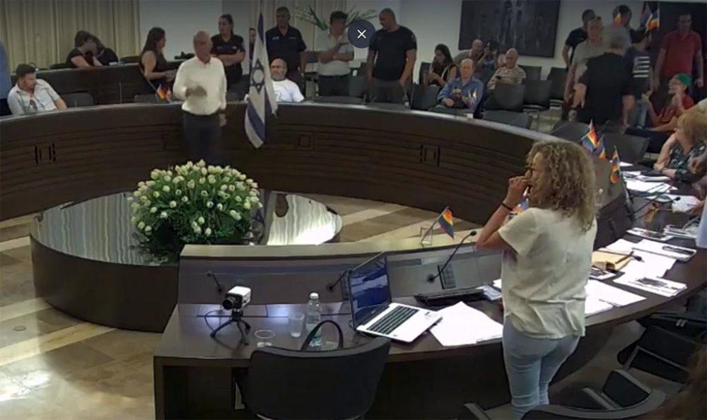 נחשון צוק ויואב רמתי - סערת הדגלי במהלך השידור החי של ישיבת מועצת העיר חיפה (צילום: עיריית חיפה)