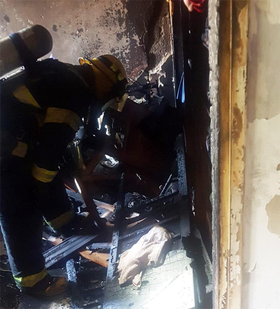 שרפה בדירה ברחוב אדמונד פלג בחיפה (צילום: לוחמי האש)