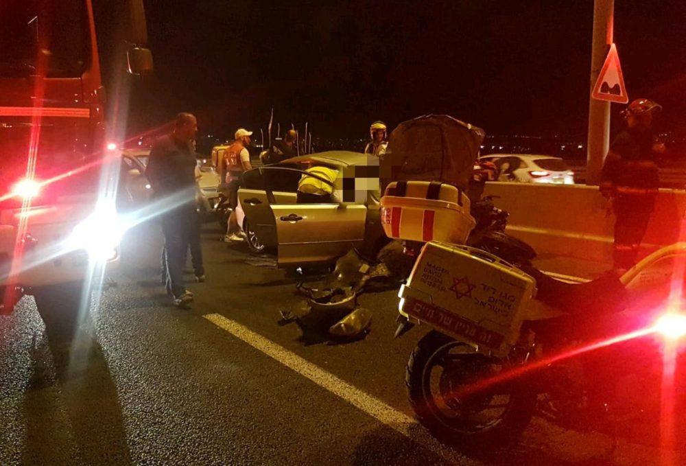 """תאונה בכביש 22 - מחלף אתא לכיוון דרום (צילום: מד""""א)"""