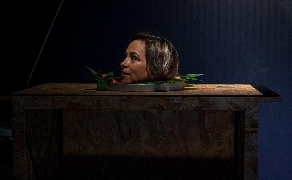 נגה כרמי במיצג הראש הכרות - מיצג קסמים במועדון הביט בחיפה - קיץ 2019 (צילום: ירון כרמי)