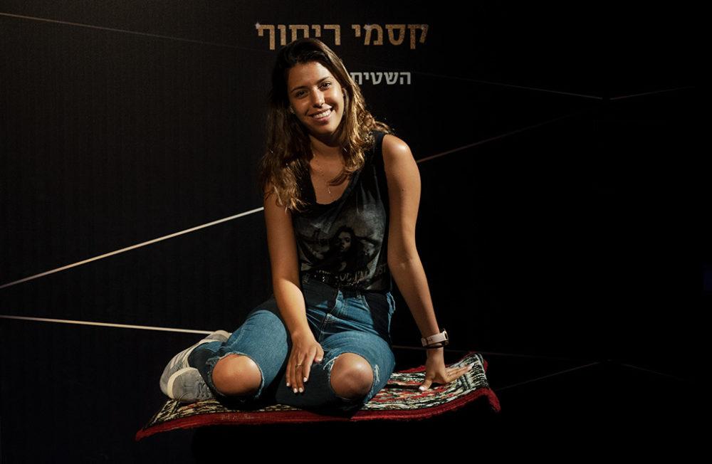 לירון פוליטי מדגימה קסם ריחוף - מיצג קסמים במועדון הביט בחיפה - קיץ 2019 (צילום: ירון כרמי)