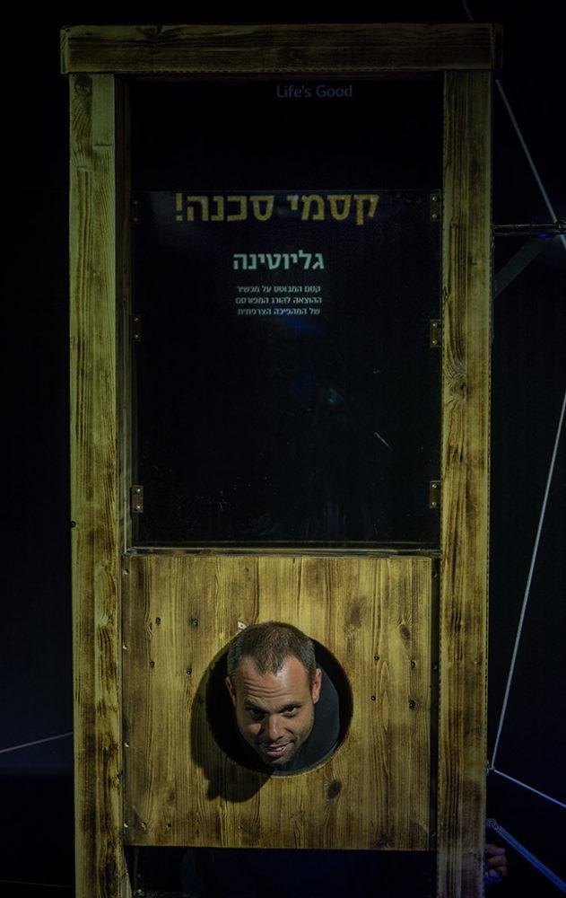 יובי קאופמן במיצג הגיליוטינה - מיצג קסמים במועדון הביט בחיפה - קיץ 2019 (צילום: ירון כרמי)