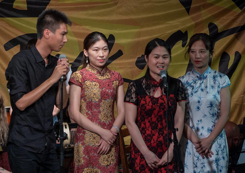 האמהות מסין מברכות את באי הקונצרט. משמאל - צ'ן צ'ן (צילום: ירון כרמי)