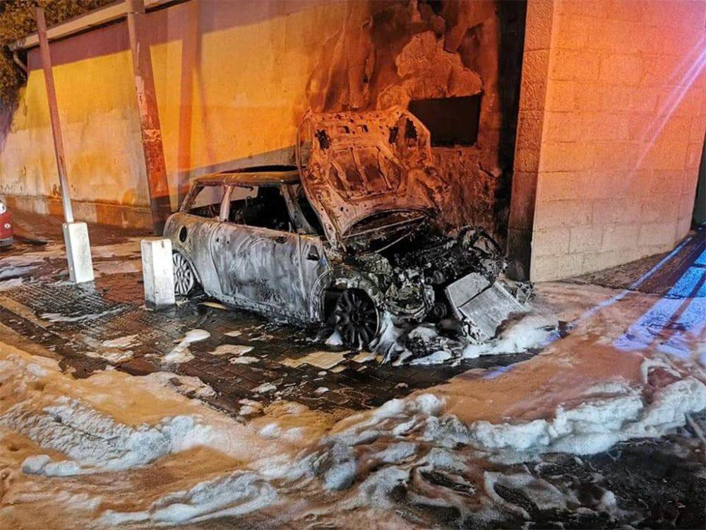 שריפת כלי רכב ברחוב עבאס בחיפה (צילום: לוחמי האש)